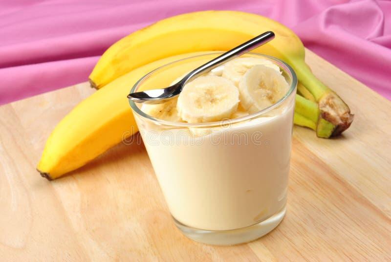 rebanadas orgánicas del plátano con el yogur natural imagen de archivo libre de regalías
