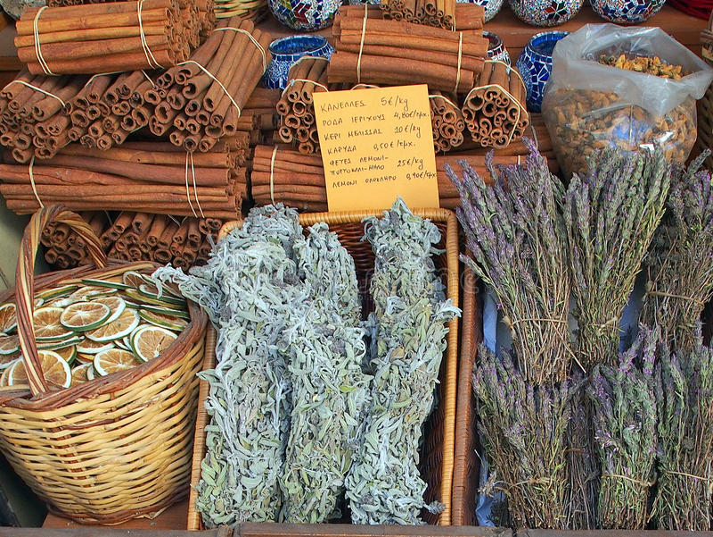 Rebanadas, palillos de canela, y infusión de hierbas anaranjados preservados fotos de archivo libres de regalías