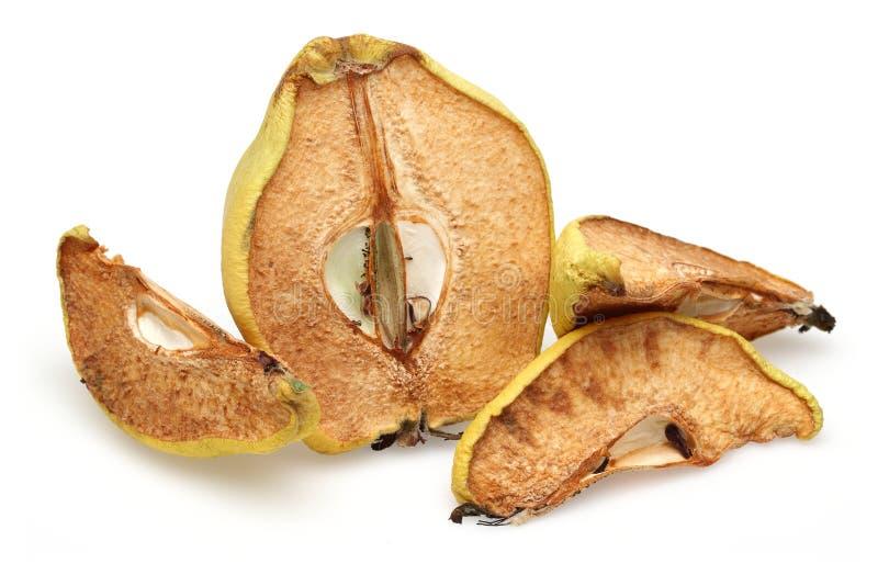 Rebanadas secadas de la fruta del membrillo aisladas en blanco imagenes de archivo