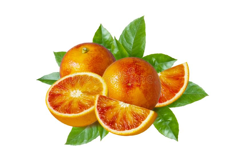 Rebanadas sicilianas rojas aisladas de las naranjas y de la naranja de sangre con las hojas del verde en el fondo blanco fotografía de archivo