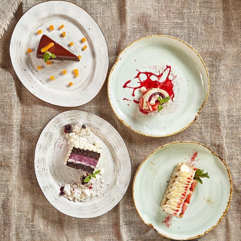 Rebanadas triangulares de empanada de Berry Cakes y del chocolate imagen de archivo