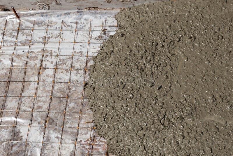 Rebar de netten in een concrete vloer tijdens gieten royalty-vrije stock afbeeldingen