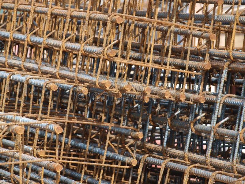 Rebaren Cages staplat och ordnar till för att använda på plats arkivfoton