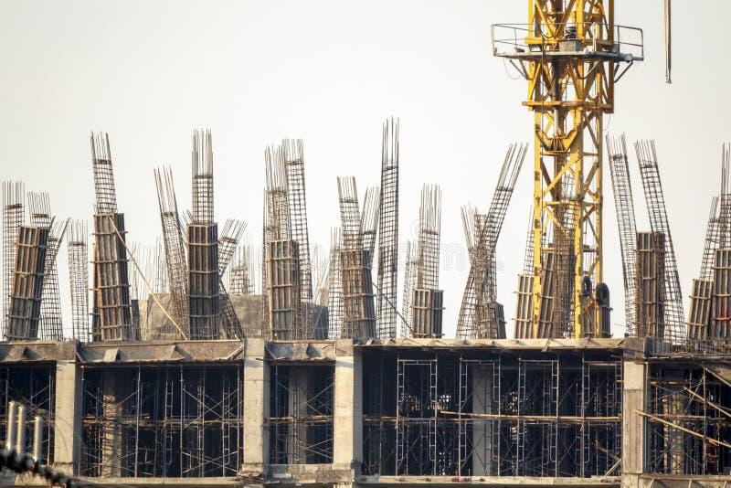 Rebarkolonn i konstruktionsplats arkivbilder