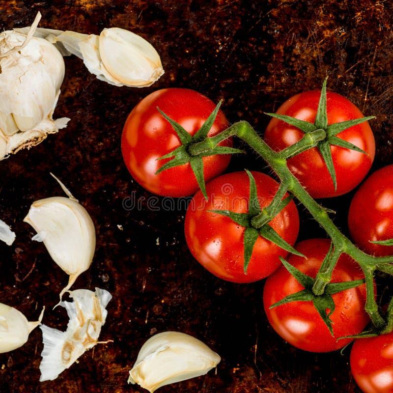 Rebe angebaute Tomaten und Knoblauch stockfotos