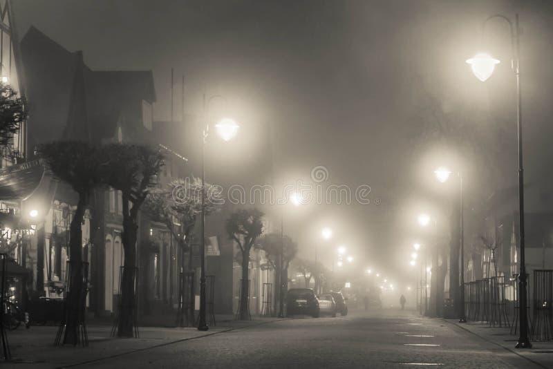 Rebecca 6 Düstere nebelige Straße nachts lizenzfreie stockbilder