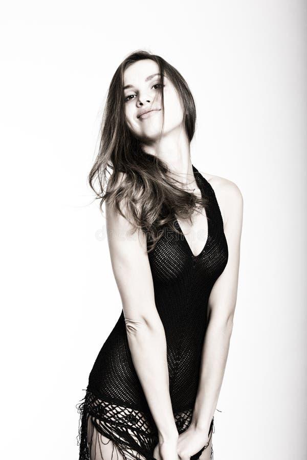 Rebecca 36 Menina moreno 'sexy' bonita no estúdio em um fundo branco em um vestido preto transparente foto de stock