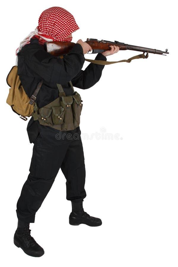 Rebellenarmeesoldat in der schwarzen Uniform mit Gewehr stockfoto