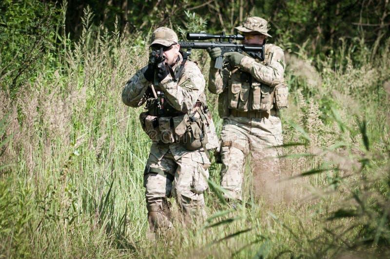 Rebellensoldaten auf Patrouille stockbilder