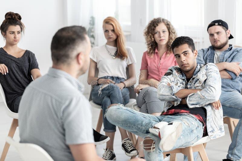 Rebellisches Jugend während der Therapie für schwierige Jugend lizenzfreie stockfotografie