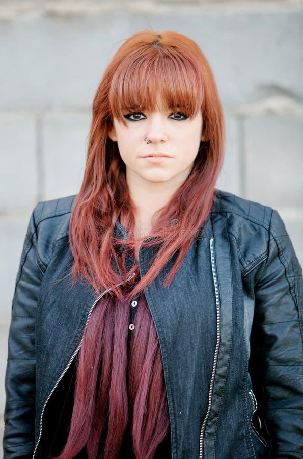 Rebellisches Jugendlichmädchen mit dem roten Haar stockfotografie