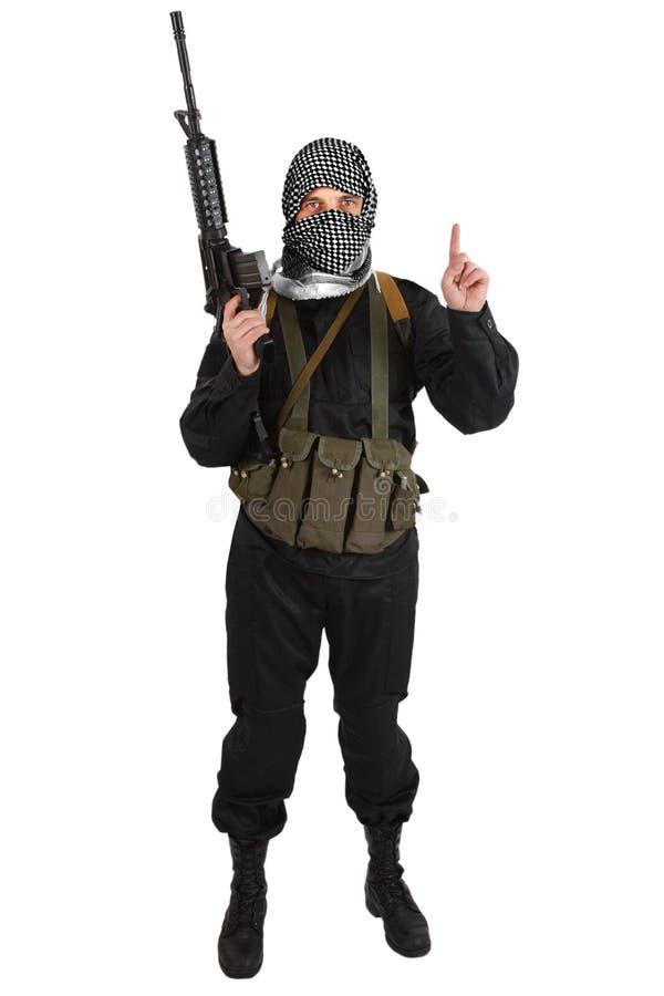 Rebellisk iklädd svart likformig och svartvit shemagh med geväret för anfall m4 royaltyfri bild