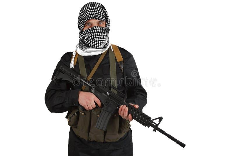 Rebellisk iklädd svart likformig och svartvit shemagh med geväret för anfall m4 arkivbilder
