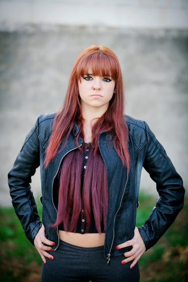 Rebels tienermeisje met rood haar stock foto