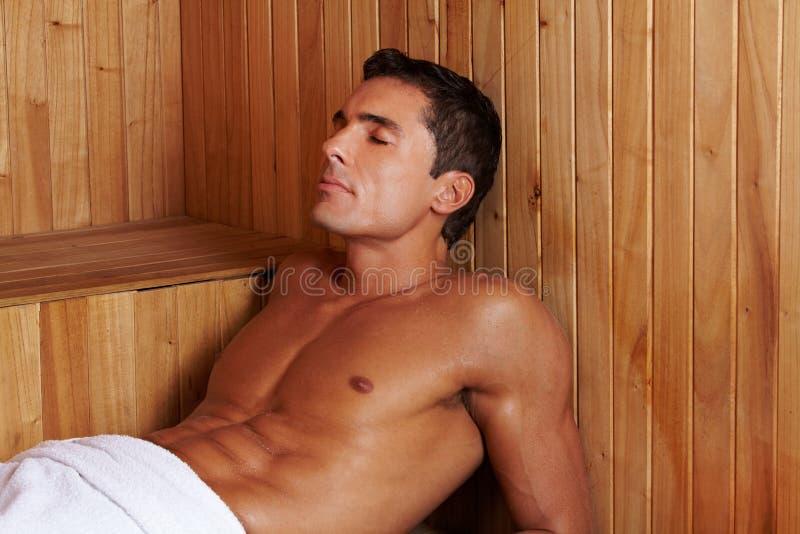 Reblandecer al hombre en sauna fotografía de archivo libre de regalías