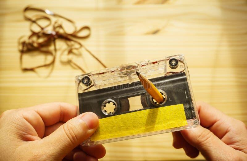 Rebobinage d'homme un enregistreur à cassettes photo libre de droits
