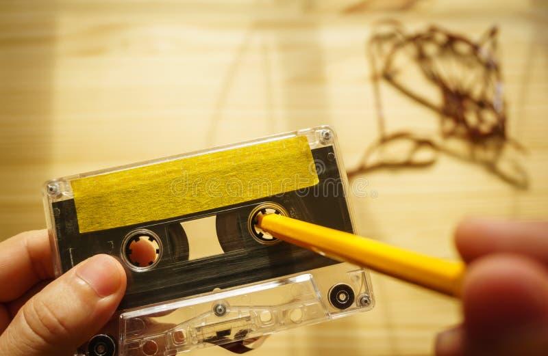 Rebobinage d'homme un enregistreur à cassettes photo stock