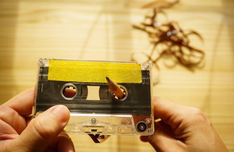 Rebobinage d'homme un enregistreur à cassettes photos libres de droits