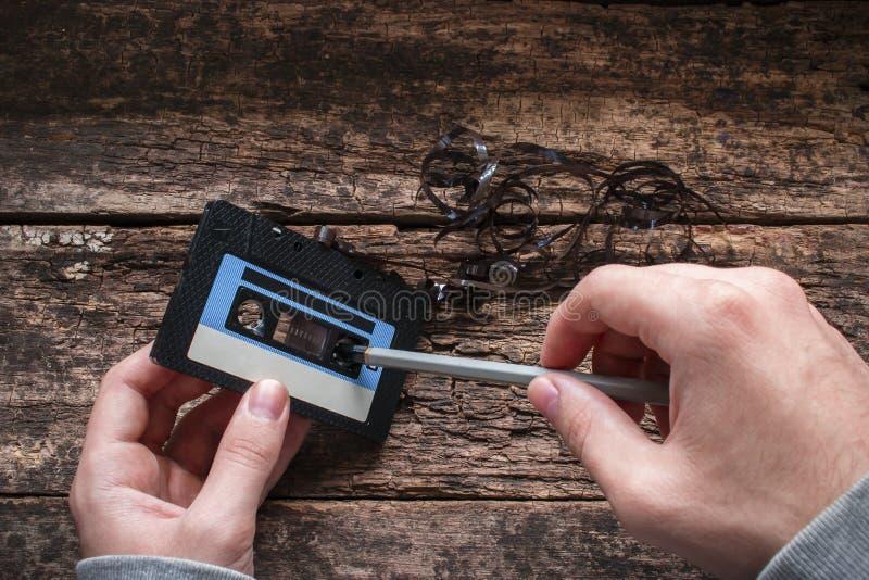 Rebobinage d'homme un enregistreur à cassettes images stock