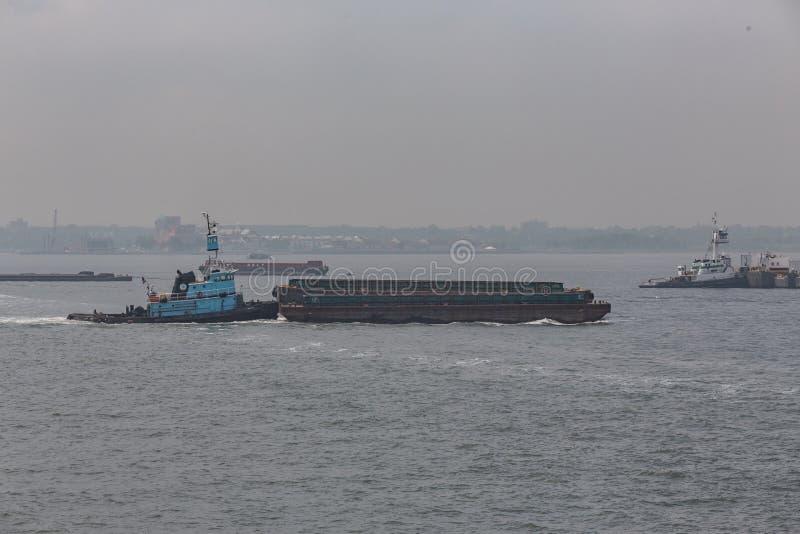 Rebocador que empurra a barca em Hudson River imagens de stock royalty free