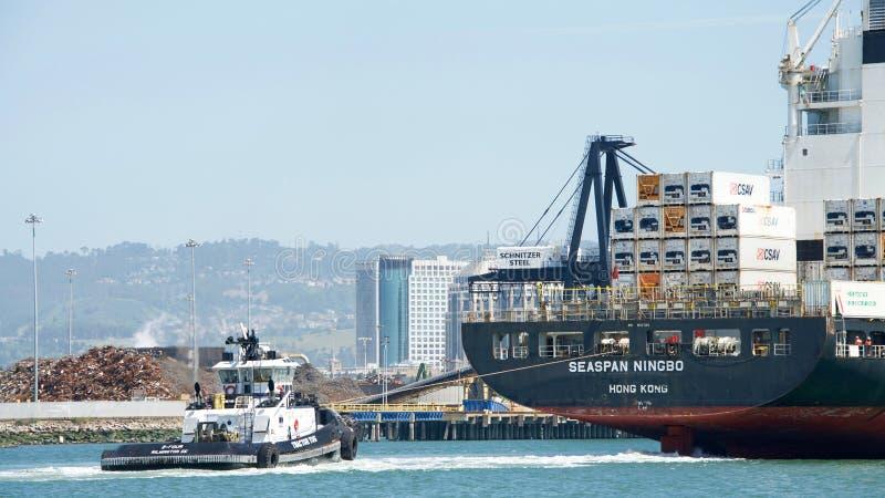 Rebocador Z-FIVE na proa do navio de carga SEASPAN NINGBO imagem de stock royalty free