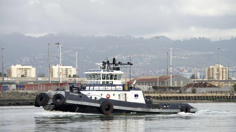 Rebocador Z-FOUR que passa o porto de Oakland foto de stock