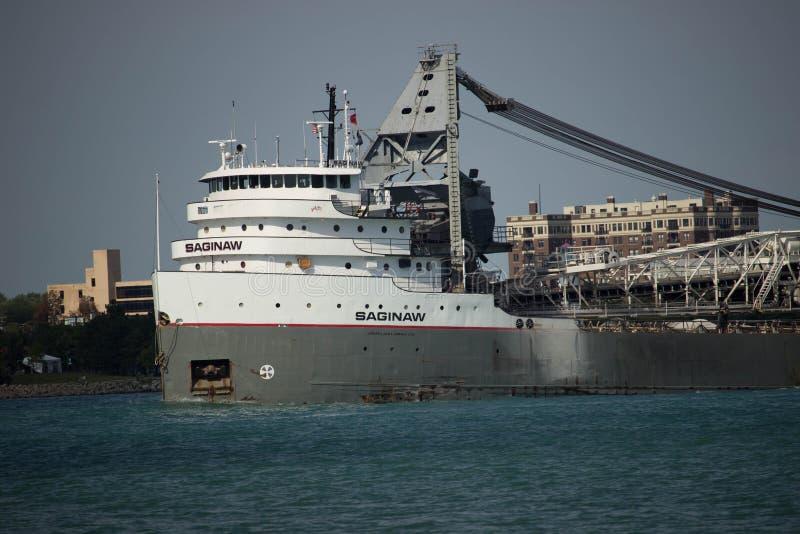 Rebocando o navio na via navegável imagens de stock