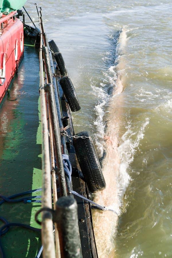 Rebocando um perigo da água. fotos de stock royalty free
