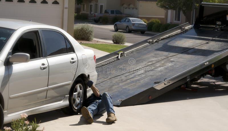 Rebocar-caminhão que escolhe o carro acima dividido imagens de stock