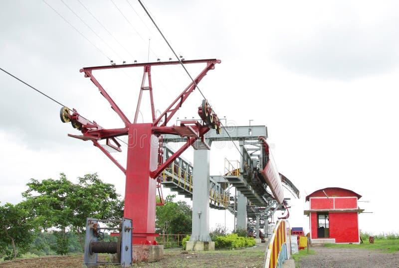 Rebocar cum a corda & a torre levando da ereção do ropeway aéreo imagens de stock