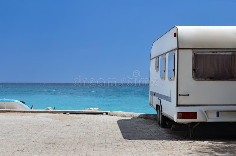 Reboque da caravana na praia imagem de stock