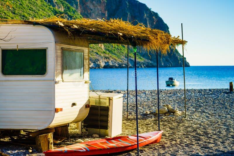 Reboque da caravana na praia ensolarada imagens de stock