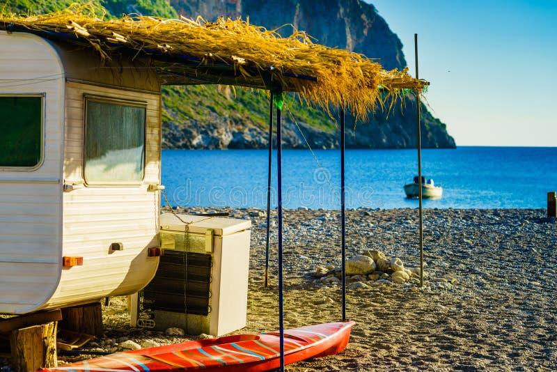 Reboque da caravana na praia ensolarada foto de stock