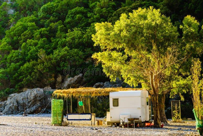 Reboque da caravana na praia ensolarada fotografia de stock