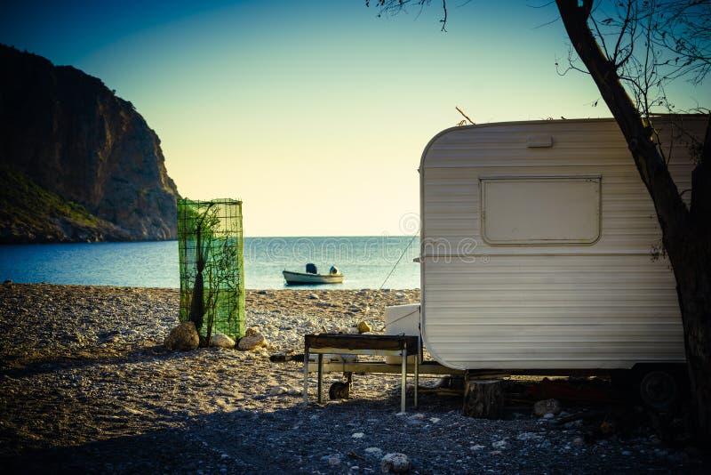 Reboque da caravana na praia ensolarada imagem de stock royalty free