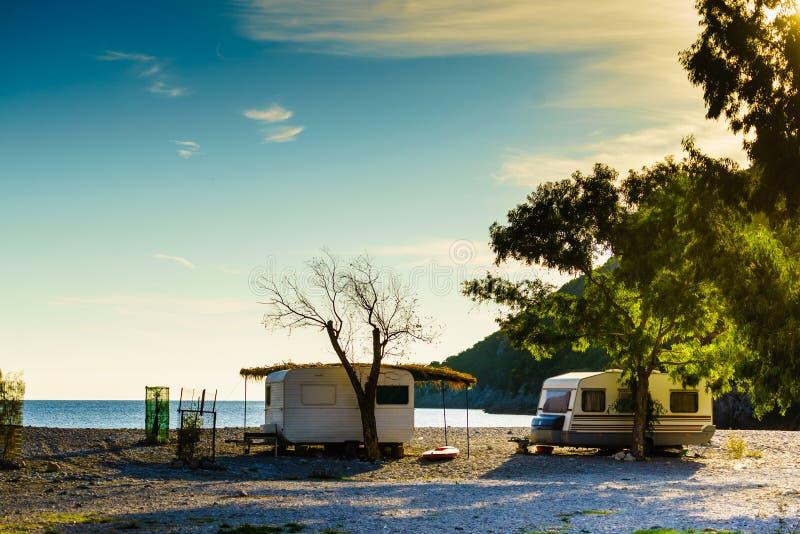 Reboque da caravana na praia ensolarada fotos de stock royalty free
