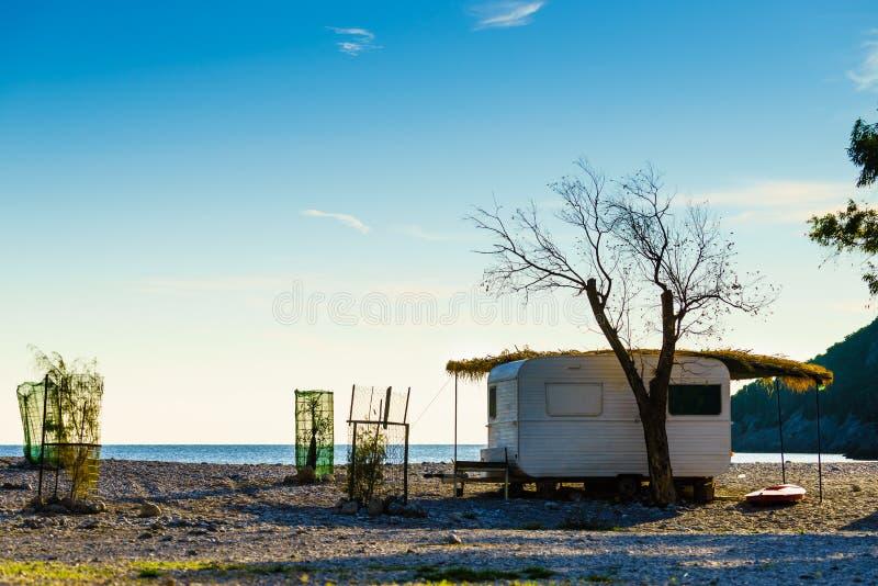 Reboque da caravana na praia ensolarada fotografia de stock royalty free