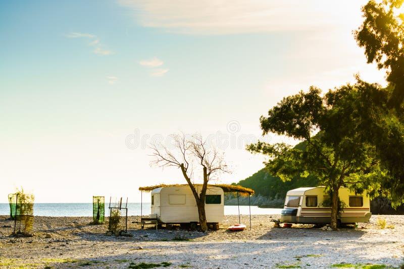 Reboque da caravana na praia ensolarada imagem de stock
