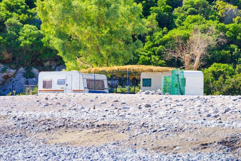 Reboque da caravana na praia ensolarada imagens de stock royalty free