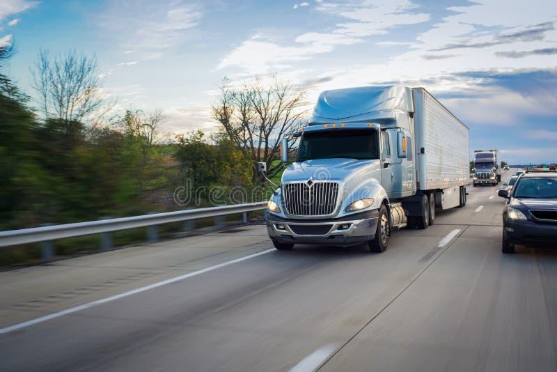 reboque de trator noun do Semi-caminhão na estrada foto de stock royalty free