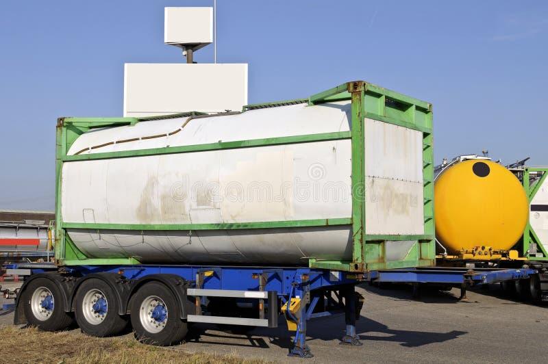 Reboque do caminhão com recipiente do combustível imagem de stock