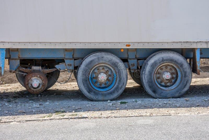 Reboque do recipiente de carga sem uma roda que quebra no parque de estacionamento fotos de stock royalty free