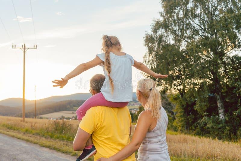 Reboque levando da criança da família na caminhada do verão fotografia de stock royalty free