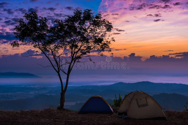 Reboque o céu e a cordilheira bonitos crepusculares do tom no amanhecer adiantado imagem de stock royalty free