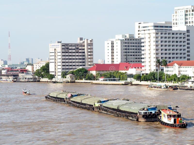 Reboque o serviço do barco, CHAO Phraya River BANGUECOQUE, TAILÂNDIA imagem de stock