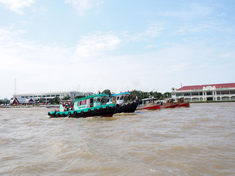 Reboque o serviço do barco, CHAO Phraya River BANGUECOQUE, TAILÂNDIA fotos de stock