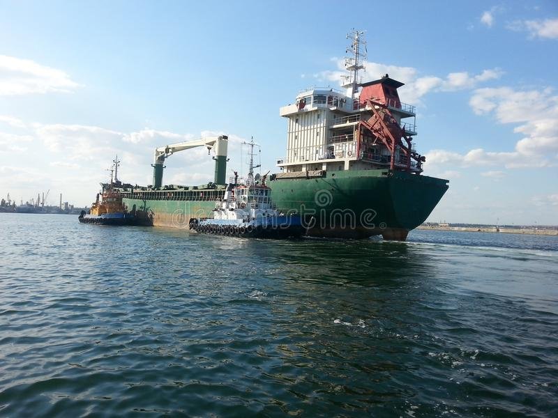 Reboquees do navio e da baía de carga fotografia de stock royalty free