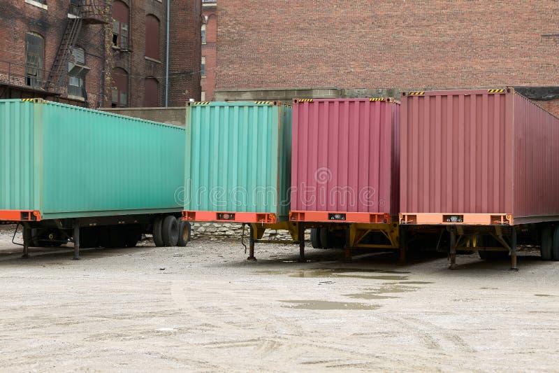 Reboques do transporte do caminhão estacionados no depósito comercial fotografia de stock royalty free