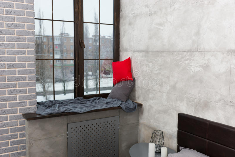 Rebord de fenêtre avec les oreillers et la couverture dans la chambre à coucher photographie stock libre de droits