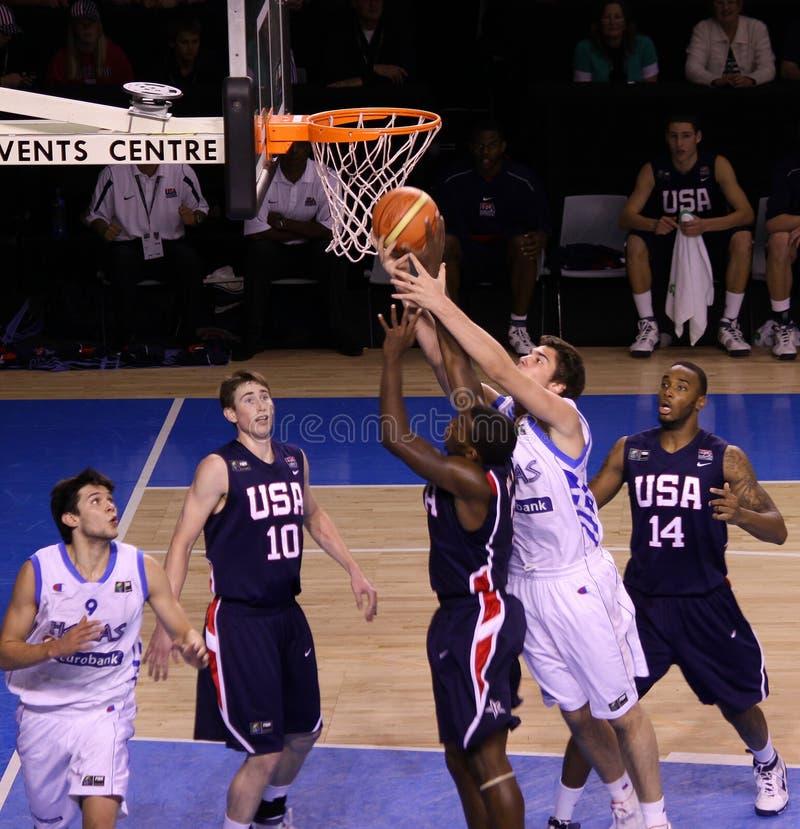 rebounding för basketspelare royaltyfria foton
